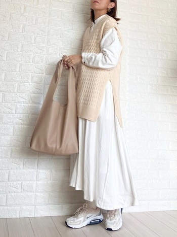 ワッフル仕立てのルーズなシルエットが可愛いベストにナチュラルな白シャツワンピの組み合わせ。立体的な表面感がとてもお洒落な雰囲気ですよね。  バッグや靴まで淡い色味でまとめた淡色コーデで、春先の装いとしておすすめ!サイドの深いスリットは腰の位置を高く見せるので、スタイルアップもできそうです。