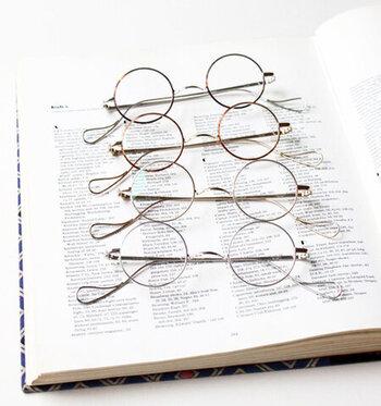 ノーズパッドがないまん丸の形がユニークなメガネ。チタン製のフレームとクラシカルなデザインが印象的で、カラーバリエーションが豊富なのも嬉しいですね。