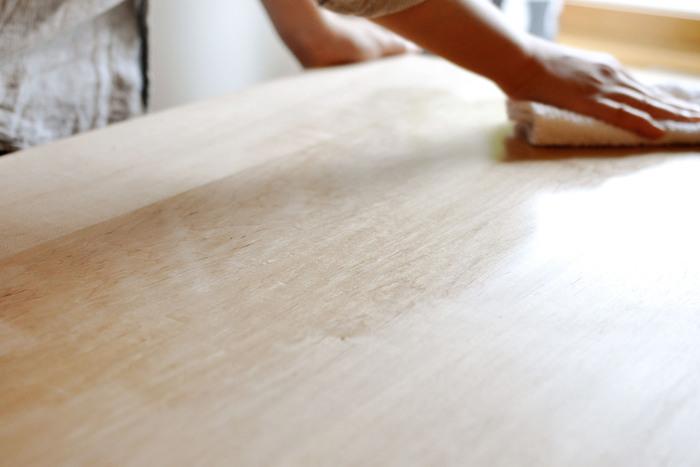 ざらつきをやすりで滑らかにした後、オイルを布に染みこませて拭きます。汚れやオイルを拭き取ったら、一晩おいて完了です。丁寧にメンテナンスをすると、家具に対する愛着が増しますよ。