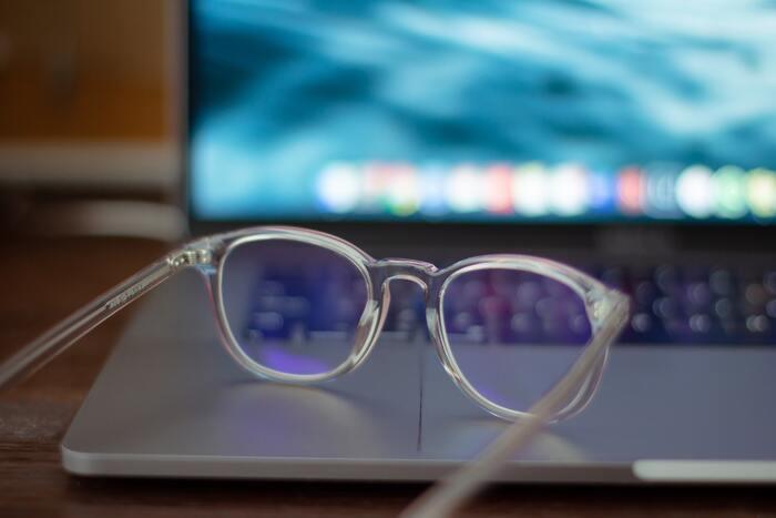 特に体に悪影響があるとされるブルーライトをカットするメガネは、スマホやPCを長時間使うという方に大人気!その他に花粉をカットしてくれるメガネや本を読むときに便利なリーディンググラスなど、目の悩みを解消してくれる種類がたくさんあるので、自分に合ったメガネを選びたいですね。