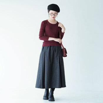 ニット×スカートのシンプルコーデに、メガネとベレー帽を合わせて。まとめ髪にするとメガネがより引き立ちますね。小物使いにセンスが光る、おしゃれ上級者スタイルです。