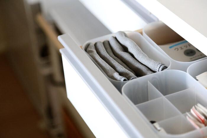 ダイソーの積み重ねボックスに収納しておけば、サッと使いやすいのも◎ふきんは毎日のように使う消耗品ですが、プチプラなので気兼ねなく使えそうです。