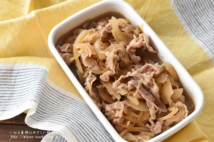 ショウガたっぷりで身体もあたたまる牛丼の素。冷凍保存が可能なのでたっぷり作っておくと、忙しい夜に、温めて卵と一緒にすき焼き風のおかずにしたり、ご飯に乗せて牛丼にしたり、アレンジもききます。しかも作るのも簡単なうえに、冷凍すると味が染み、できたてよりも美味しくなるという、作り置きにピッタリなレシピです。