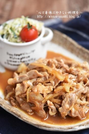 生姜焼き用のロース肉で作ることの多い豚肉の生姜焼きですが、こちらのレシピは豚のこま切れを使って作る節約レシピです。しかもタレの絡みの良い、しっとりやわらかな仕上がりになり、リピしたくなりそう。冷凍庫で保存も可能なので、豚こまが安いときにたっぷり作っておくと重宝します。