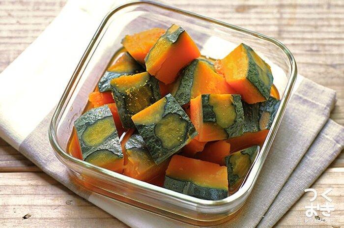 一種類だけでおいしいかぼちゃの煮物。もう一度、基本の味付けで作ってみませんか? こちらは調味料の分量がすべて同じなので、一度覚えてしまえばホクホクの甘くておいしい煮物をいつでも簡単に作れます。(冷蔵保存5日)