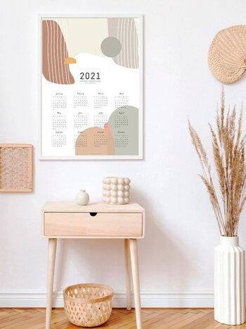 トレンドのアブストラクトデザインのカレンダー。 図形や幾何学模様と聞くと、なんとなくサイケデリックな感じなのかと思うかもしれませんが、丸みを帯びた手書き風な線とやわらかなアースカラーなど、北欧の香り満載なデザインも多数。 ナチュラルなお部屋に飾るのにぴったりなテイストではないでしょうか。