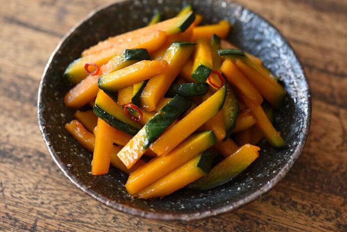 皮ごと調理すると、見た目もグリーンとオレンジの対比が美しいかぼちゃ。きんぴらにしてもおいしくいただけます。味付けに唐辛子やにんにくを使って、ピリリと仕上げると、よりかぼちゃの甘さがひきたち、甘辛くごはんにもお酒にもあう副菜に。(冷蔵保存3〜4日)