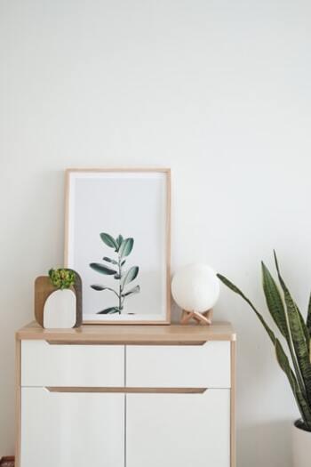 描かれているものと同じものを揃えるテクニックでは、全体的な統一感がアップするだけでなく、どこか絵から抜き出てきたような3D感も楽しめます。 とくに扱いやすいのがボタニカルアート。 フォトグラフィーのようなポスターは、お部屋を選ばず取り入れやすくておすすめです。