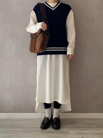 Vネックと裾にラインが入ったチルデンベスト。もともとテニスプレーヤーが着ていたことに由来するチルデンベストは、トラディショナルな雰囲気漂う正統派アイテムです。スカート部の長さが、前後で違うシャツワンピースを合わせて、きっちりした真面目さをすこしはずして。  シャツワンピ×チルデンニットには、ソックス×ローファーがよく似合います。