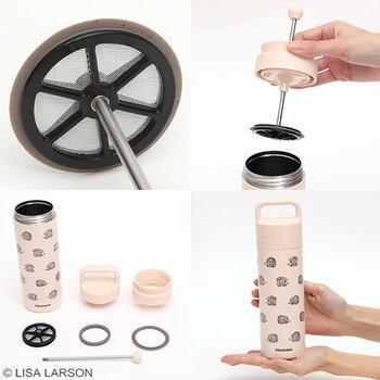 コーヒーの粉とお湯をボトルに入れ、コーヒープレスをセットしてゆっくり押し下げるだけでOK。ふたを閉めれば、そのまま持ち運びが可能です。