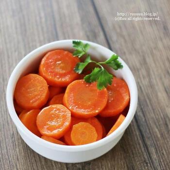 最初から最後まで一つのお鍋で作ることができる、ワンポットにんじんグラッセ。または途中から電子レンジで作ることも可能な時短レシピでもあります。週末に色々作り置きしたいときに、ワンポットや時短で作れるレシピは重宝するうえに、にんじんグラッセは付け合せやお弁当の彩りなど色々活躍してくれます。