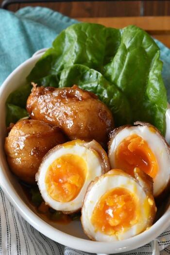 とろりと黄身が半熟の卵がとても美味しそうな肉巻き。カットしたときの断面が食欲をそそりますよね。  楕円形の卵を巻いた肉巻きは、焼き付けるとき、ムラになりやすいので、注意が必要。転がしながら全体をしっかり焼いていきましょう。