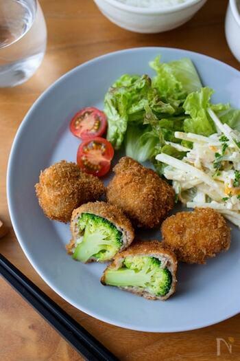 カットする前は何の野菜の肉巻きだろう?と興味をそそられるようなユニークフライです。カットした断面に色鮮やかなブロッコリーがあらわれると、ちょっとびっくりしますよね。  ブロッコリーはさっと茹でてから、フライ仕立てに。ブロッコリーをたっぷり食べてほしい子どものごはんにもおすすめです。