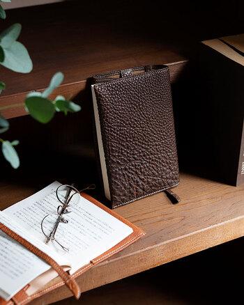 レザーの質感が高級感溢れるアンティック文庫カバー。読書中に漂う革の香りに、ほっこりと癒されます。使うほどに手に馴染み、自分だけの心地よい時間を堪能できますよ。一枚の革で作られている、継ぎ目のない贅沢なデザインで、プレゼントにもぴったりです♪