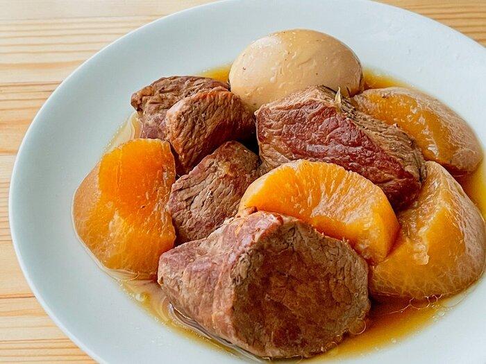 大根と卵も入り、これだけで大満足のおかず「豚の角煮」。おいしく作るポイントは、豚肉を最初にしっかり焼くこと。余分な脂が落ち、旨味がギュッと閉じ込められます。ご飯にのせて角煮丼も美味。(冷蔵保存5日・冷凍保存1ヶ月)