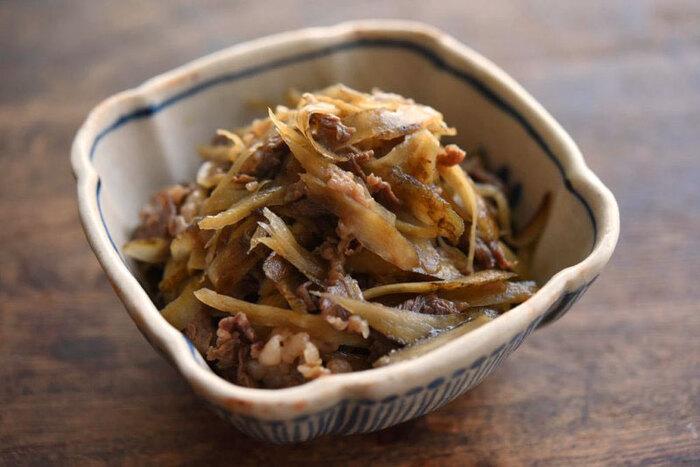 牛肉と相性バツグンのごぼうで作る甘辛煮。ごぼうを炒めてから煮ることで、仕上がりはやわらかくしっとり。ごはんのおともや、お弁当のおかず、おつまみなど使いみちもたくさんあります。(冷蔵保存3〜4日)
