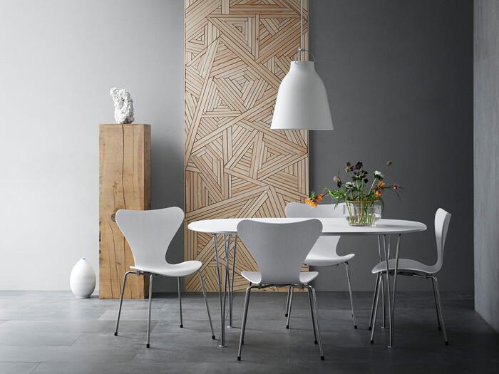 この椅子の特徴としてはなんといってもこの成型合板を用いた背座面。しなやかな曲線が長時間座っても疲れにくく、動きやすさを伴い、そこにあるだけでオブジェのような存在感を放ちます。また、バリエーションが豊富なのでインテリアに合わせて選びオリジナルの空間を生み出すことができます。