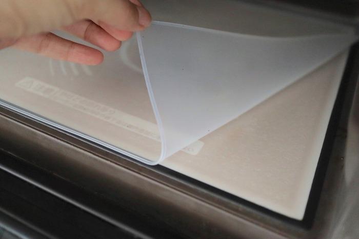 電子レンジは、いくら気を付けていても汚れやすいもの。少しでも掃除をラクにするなら「レンジマット」がおすすめです。庫内にセリアのレンジマットを敷いておくだけで、汚れを防ぐことができます。水で洗いでキレイになるのでお手入れも楽チン♪