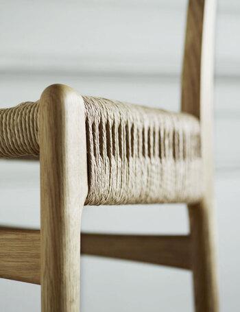 一見シンプルな椅子なのですが、2本のペーパーコードで張られたこの座面は類を見ない美しさです。この座面を作るのに熟練した技術を持った職人さんが一点一点手作業で編んでいきます。その編み加減は機械技術には出せないもの。丈夫で強度がありながら、座ったときに包み込むようなしなやかさがあります。ぜひ一度座り心地を試していただきたい椅子です。