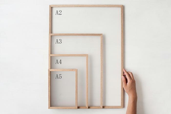 ポスターは印刷規格に沿っているのでA判規格とB判規格があり、どちらの規格も0~1は駅の周辺や映画館のポスターのように大きいサイズとなります。  お部屋に飾るにはこれより小さいA2やB2サイズが一般的でしょう。ちなみにA2は新聞を半分に折ったサイズ、つまり1面サイズです。  アートの場合は、サイズが作品によって様々なので、正確に測ってから選ぶかオーダーしたほうが良いでしょう。