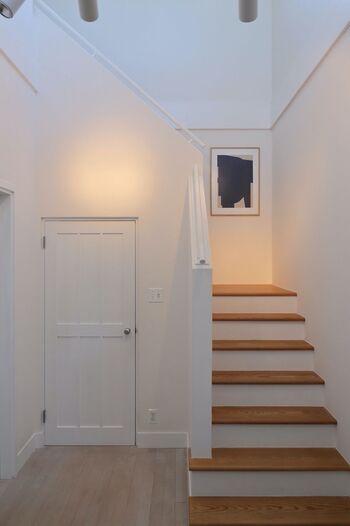 こちらの環境には、ポスターの大部分を占めている黒色はありませんが、とてもなじんで見えませんか?  真っ白な壁面×ナチュラルウッドの階段に合わせて、フレームをナチュラルに、額装マットが白になっています。 このように、アートを飾る環境と同じ色味でフレームを揃えることで、作品がなじみながら引き立ちます。