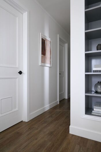 白いドアに白い壁面なら、作品の色に関わらず額縁と額装マットも白を選択。 まるで、もともとそこにあったかのようになじんでいます。