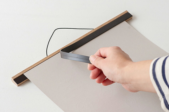 このようにマグネットで裏から挟んで使用します。 作品にピン穴が開くこともなく、適度にピンと貼った状態を保てるので作品へのダメージも少なくてすみそう。