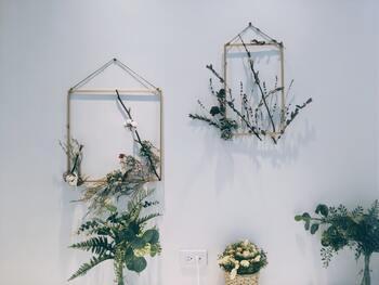 フレームに合わせるのは、ポスターやアートだけじゃない? 素敵な型のフレームを見つけたら、試してほしいアイデアを集めてみました。  こちらは、フォトフレームの台紙や木枠を使って、ドライフラワーをアレンジしている様子。 自然に育つ草花のような、立体感が素敵ですね。