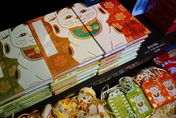 """両手を挙げた招き猫の御朱印帳は、猫好きさんにたまらない一冊♪金山寺のすぐそばにある""""招き猫美術館""""でも御朱印帳やお守りを購入することができます。"""