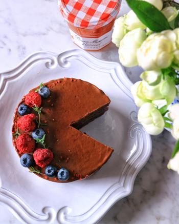 ウィーンの伝統的なケーキ、ザッハトルテ。チョコレート生地を焼き、アプリコットジャムを挟んで、チョコレートでコーティングします。ベリーやミントを飾れば、より華やかなパーティー向きのケーキになりますね。