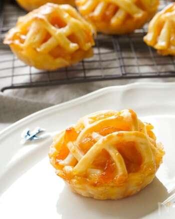 無水鍋で砂糖なしで煮込んだ林檎のフィリングを、冷凍パイシートのカップに詰めて焼いた簡単アップルパイ。パイ生地を格子状にのせているのもおしゃれですね。アプリコットジャムを塗って艶やかに。