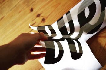 こちらはセリアの黒板シートを使った手作りウォールステッカー。黒板シートにお好みのフォントでロゴを書いて、デザインカッターで切り出していきます。その上にマステを貼って、壁に貼りつけマステを剥がせば完成!