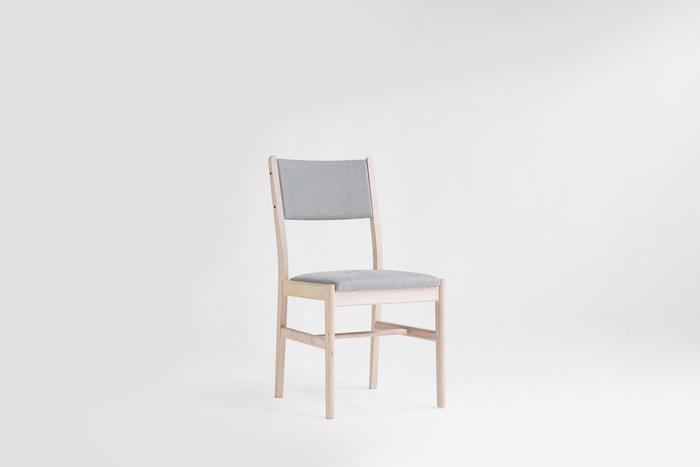 まずご紹介するのは、ダイニングや書斎など色々な場所に合わせやすいチェア。椅子と聞いてイメージするのはこれなんじゃないかと思うほど、シンプルでベーシックな形をしています。座面や背面部分には、羊毛やヤシの木の繊維といった天然素材が使われ、座り心地抜群!