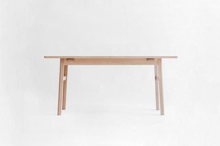 お部屋の主役にぴったりのダイニングテーブル。脚は末広がりになっていて、スタイリッシュかつ安定感があります。天板も脚も丸みを帯びているので、お子さんのいるおうちでも安心して使えますよ。