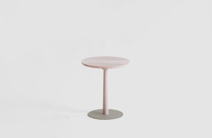 ソファやベッド周りにあると便利なサイドテーブル。丸い天板に脚が1本と、とことんシンプルなデザインに仕上げています。