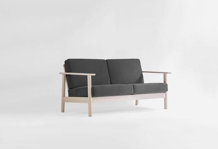 圧迫感を抱かせない、スマートな印象のソファです。クッションカバーは外して洗えるので、いつでも清潔に使えますね。生地はオーガニックコットンとリネンでできています。