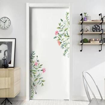 ナチュラルな花束のようなウォールステッカー。シンプルなドアも一気に華やぎます。眺めているだけでロマンチックな気分になれそうですね。