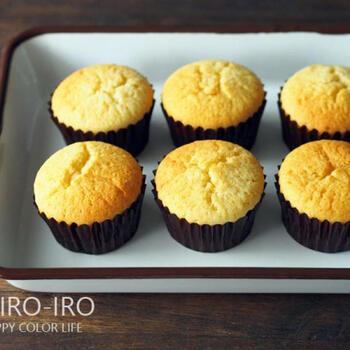 しっとりふわふわな基本のカップケーキです。ボールひとつで洗い物も少なく、材料を混ぜるだけなので簡単にできます。生地にヨーグルトを加えること、生地を丁寧に混ぜることがおいしく仕上がるコツなのだそう。これを基本にいろいろなアレンジを楽しめますよ♪