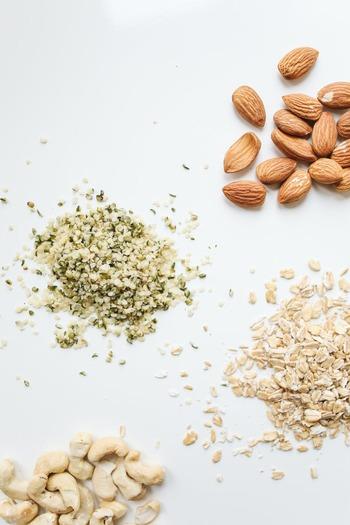 特に健康面で植物性ミルクをはじめたいと検討している場合は、以下の3点に気をつけてみてください。  ・ソイミルクやピーミルクにおける遺伝子組み換え作物 ・アーモンドミルクの乳化剤や酸化防止剤 ・ココナッツミルクの甘味料