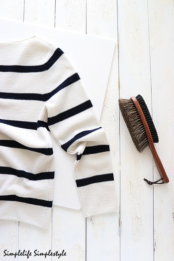 着用した衣類は「洋服用ブラシ」で、丁寧にブラッシングしましょう。摩擦によって毛羽立ったり絡まった繊維を、ブラシによってほぐすことで、毛玉を予防することができます。ホコリも付着しにくくなり、静電気もおさえることもできて、いいことづくめ。