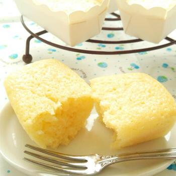 レモンの風味たっぷり♪レモンヨーグルトのカップケーキです。こちらは粉をふるう手間はかかりますが、シンプルな材料でさっぱりとした本格的な味が楽しめます。外はサクッと、中はしっとりとした食感が絶妙です♪100均のミニバウンド型に流し込んで焼き上げています。