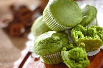 グリーンが色鮮やか!ほうれん草を使ったポパイカップケーキです。豆乳やきび砂糖など、体にやさしい食材で作ります。ほうれん草は少し柔らかめにゆでるのがポイント。ミキサーでしっかりとなめらかになるまで撹拌します。栄養もたっぷり摂れるので、野菜嫌いなお子さまにもおすすめですよ。
