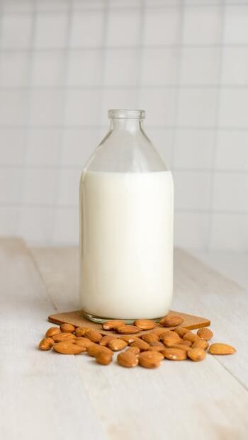 豆乳に次いで日本で親しまれているアーモンドミルク。さらっとした飲み口と香ばしさが特徴で、植物性ミルク初心者さんでも飲みやすいのが魅力です。  栄養素としてはミネラルとビタミンEがたっぷり含まれているので、美容に気を遣う人にはいいですね。習慣的に飲むことで健やかな肌や髪の生成を期待できますよ。ただカロリー、タンパク質、脂質は少なめなので、他の食品でしっかりと補いましょう。