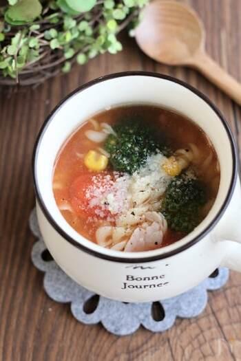 短時間で茹で上がるマカロニも入ったコンソメスープ。具材と調味料をマグカップに入れたら、電子レンジで加熱すればOK!食べ応えがあるスープです。