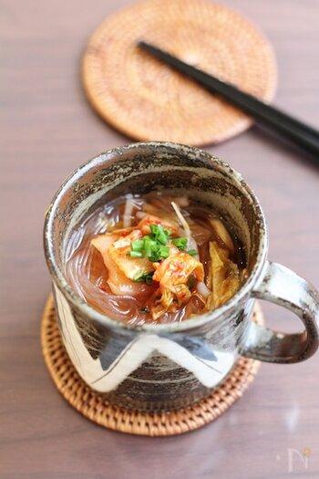体の中から温まるピリ辛スープ。つるりとした食感の春雨と、白菜キムチは相性ぴったり◎レンジで加熱した後3分置くことで、春雨が柔らかくなりますよ。
