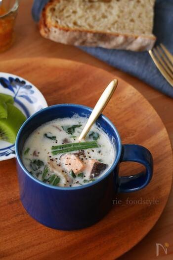サーモンとミルクがよく合う、優しい味わいのスープです。サーモンとしいたけは、小さくカットしてからマグカップに入れましょう。温めすぎて吹きこぼれないように、様子を見ながら加熱してください。