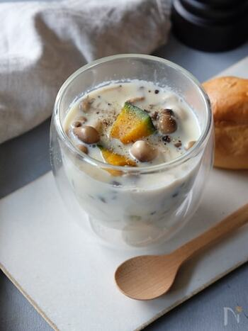 1杯に栄養がたっぷり詰まったスープです。ダイエットメニューにもぴったり♪まず具材だけを加熱して柔らかくしたら、豆乳と白だしを加えて再び加熱します。沸騰させすぎに要注意!