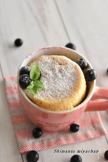 こちらはブルーベリーを混ぜ込んだケーキ。柔らかいブルーベリーが、ふわふわの生地にマッチしておいしい♪工程が簡単なので、おうちの定番おやつにぜひ!