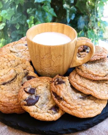 ブラウンシュガーと薄力粉、溶かしバターをベースに作る、チューイータイプのアメリカンチョコチップクッキー。焼成の時間を少し短めに工夫すると、より柔らかくしっとり食感に仕上がります。