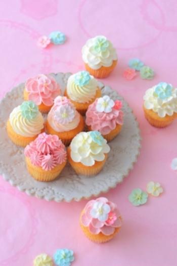 バタークリームに練乳が加えられており、ミルキーな味わいに工夫されています。カップケーキの生地をふんわり軽い食感にするには、バターに砂糖と卵を混ぜる段階でたっぷりと空気を含ませるのがコツ。